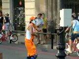 Клоун мим издевается над людьми